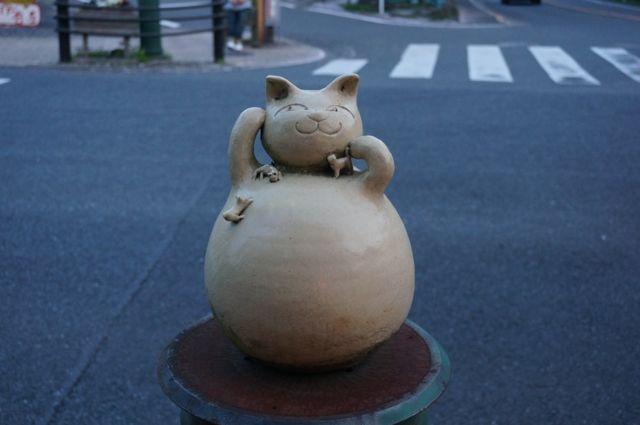 猫の交番の向かいにある猫のオブジェ