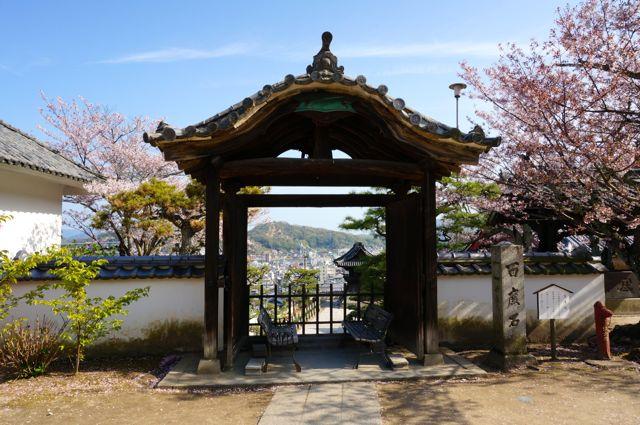 西國寺境内のベンチ