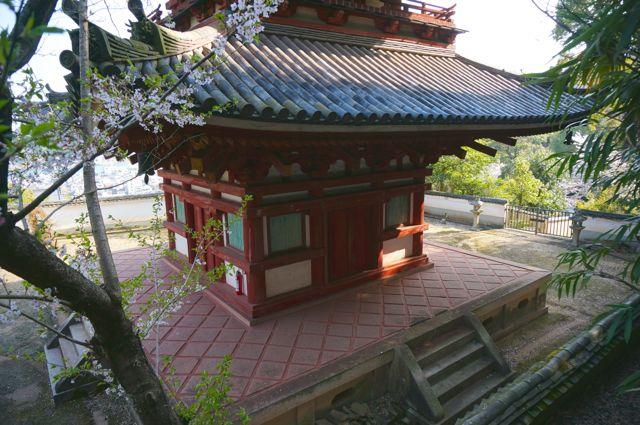 西國寺三重塔を横から