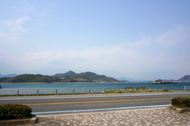 ドルチェ前の道路と海
