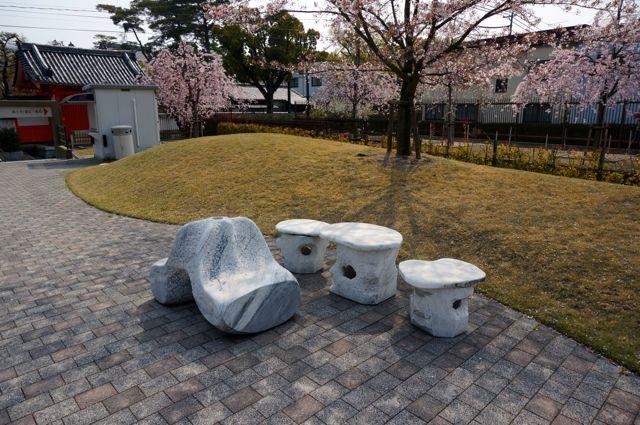 耕三寺金剛館前のベンチ