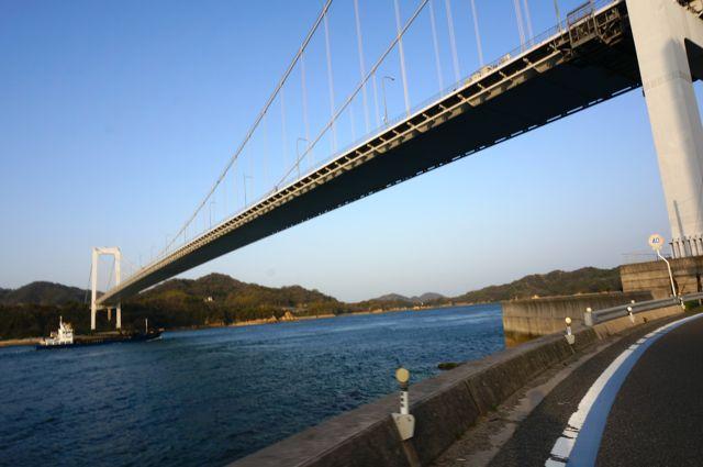大島大橋をくぐる
