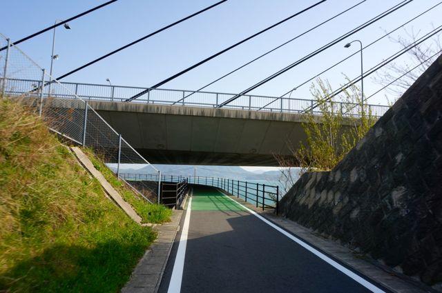 多々羅大橋の下をくぐる