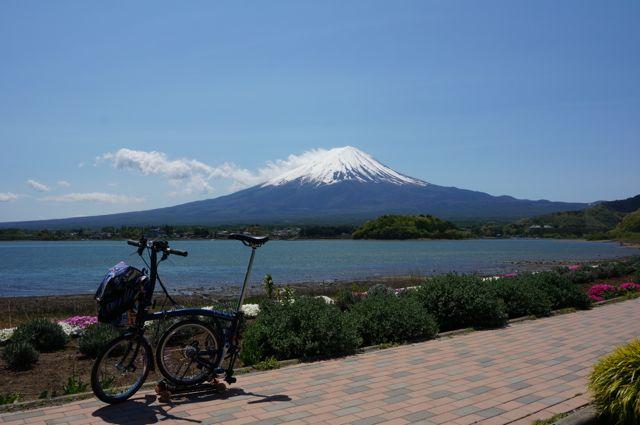 河口湖湖畔から眺める富士山とブロンプトン(BROMPTON)