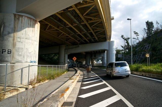 沖縄自動車道の下をくぐる