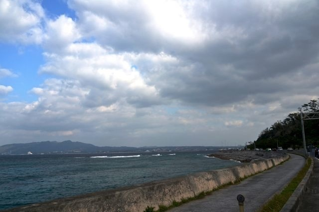 国道58号から見える海・名護市許田IC付近