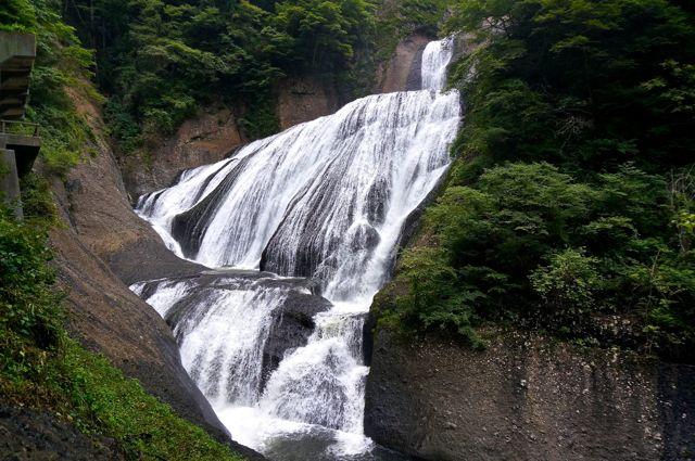 吊り橋付近から見た袋田の滝